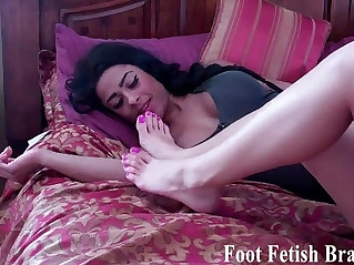 Simona sticks her feet in Bellas face